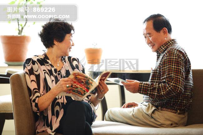 图片素材 夫妻 老年/老年夫妻在家看书休闲图片
