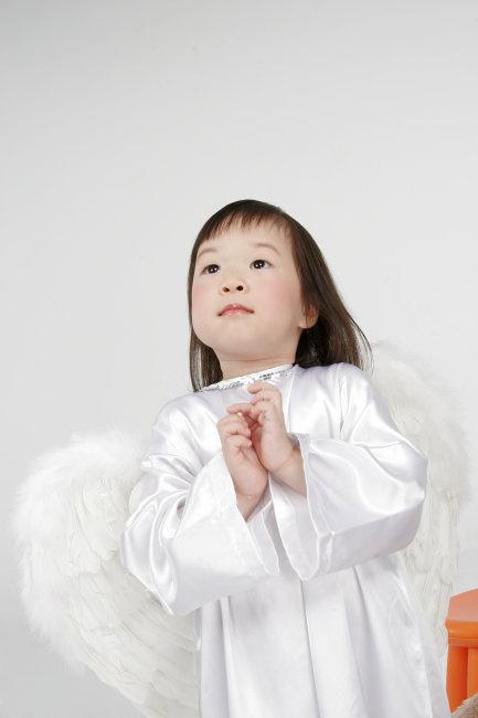 带翅膀的天使小女孩祈祷