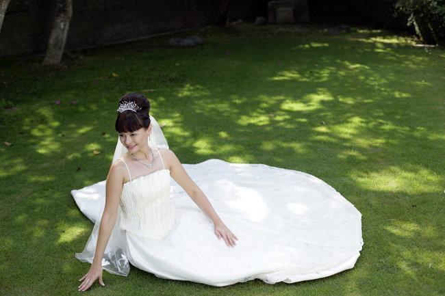 年轻女人 长头发 盘发 盘头 刘海 黑头发 黑发 苗条 新娘 一个人 婚纱图片