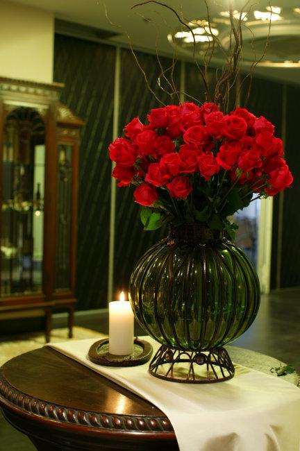 红色花朵 红玫瑰 玫瑰花 绿叶 休闲 高贵 豪华 时尚 室内 柜子 树枝