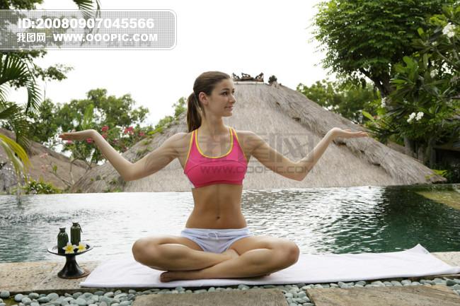 现休闲瑜珈美女海边